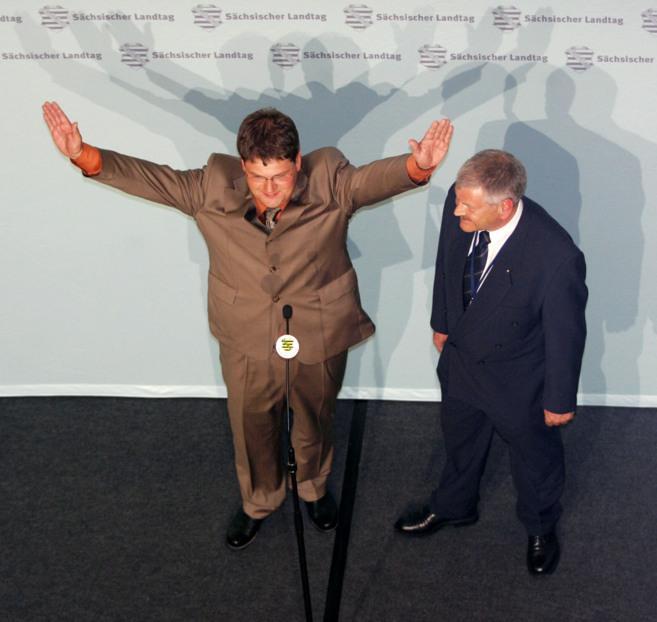 Holger Apfel (I) y el líder del partido (d) celebran los buenos...
