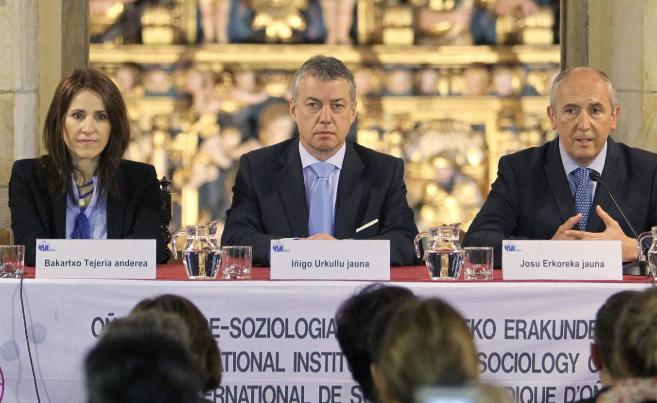 El lehendakari, Iñigo Urkullu, acompañado por Josu Erkoreka y...