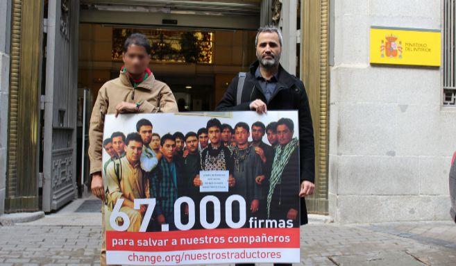 Uno de los traductores afganos residentes en España (izq.), junto al...