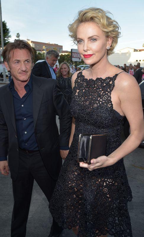 Charlize Theron y Sean Penn. Encontrar un hombre a la altura de Charlize Theron (38) no es tarea fácil. Y no nos referimos a que sea difícil igualar la carrera profesional de la modelo y actriz, que también. La sudafricana roza el 1, 80 mientras que su nuevo novio, el actor Sean Penn (53), se queda 10 centímetros por detrás. Y si a eso le añadimos los espectaculares tacones que la modelo suele utilizar en las alfombras rojas, terminamos con una pareja tan descompensada que los fotógrafos ya no saben como colocar. Ahora, ellos están encantados con tanto amor.