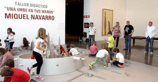 Los niños juegan en la instalación bajo la mirada del escultor...