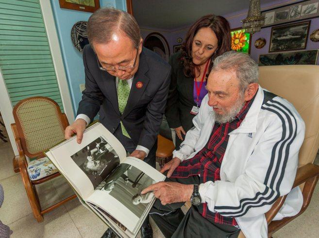 Fidel Castro enseña un libro al secretario general de la ONU, Ban...