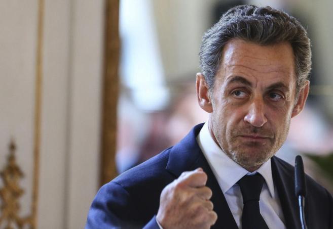 El ex presidente francés da un discurso antes de condecorar al...