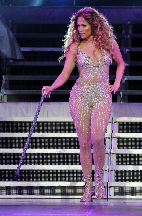 9. sobre el escenario, Jennifer explota al máximo su atractivo. Para...