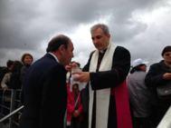 Monseñor Vallejo da la Comunión a Bruno Vespa.