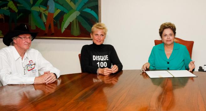 Rousseff con Xuxa Meneghel y Sérgio Reis, conocidos defensores de los...