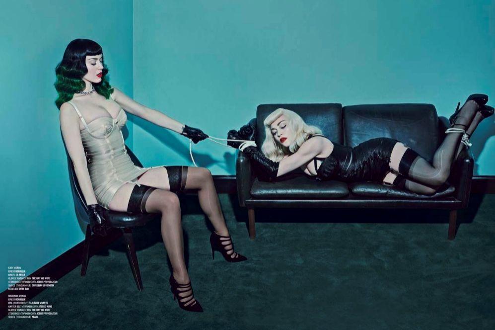 Unas imágenes en la que Katy Perry abandona esa dulzura y candidez que ha convertido en una de sus señas de identidad para transformarse en una sofisticada domintatriz, a imagen y semejanza de Madonna. Vestidos lenceros, medias de liga, corsés de aires bondage y mucho cuero ponen el toque 'fashion' a una sesión, rodada bajo las órdenes del fotógrafo Steven Klein y con un armario creado por una de las estilistas de Madonna, la diseñadora Arianne Philips.