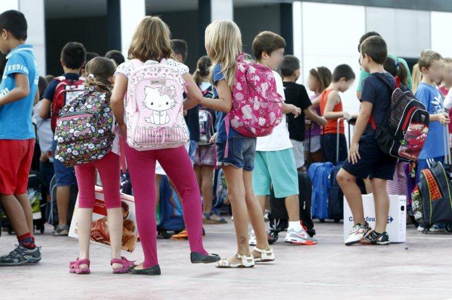 Alumnos a las puertas de un colegio de Valencia.
