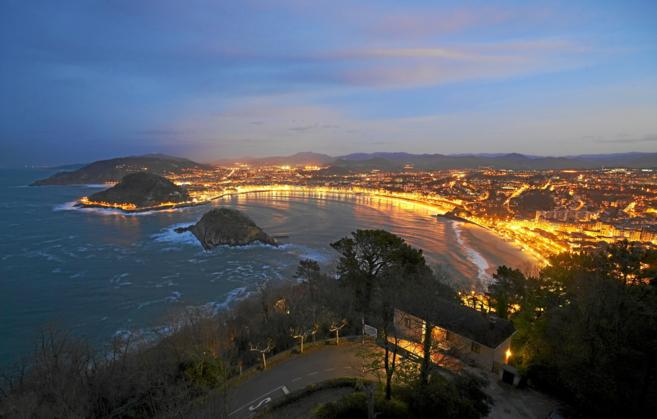 Vista nocturna de la bahía de la Concha en San Sebastián.