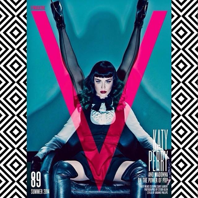 Katy Perry también ha querido compartir con sus seguidores la versión más sexy de la portada, aquella en la que cantante posa sentada con las piernas de Madonna formando una V y 'vestidas' con una medias con costura y unos botines con un infinito tacón de aguja.
