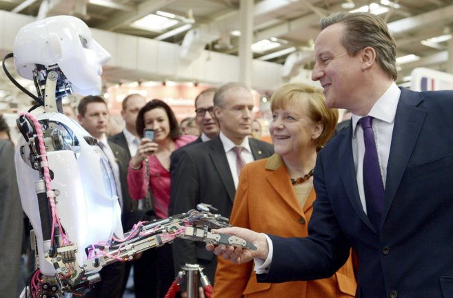 La canciller alemana Angela Merkel y el primer ministro británico...