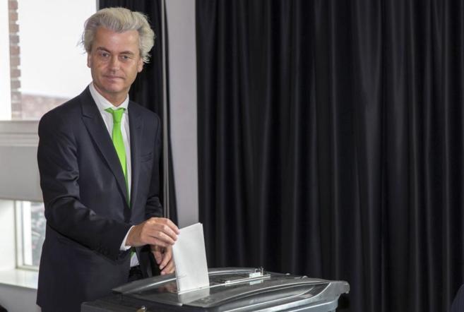 Geert Wilders,  líder del Partido por la Libertad holandés, votando...