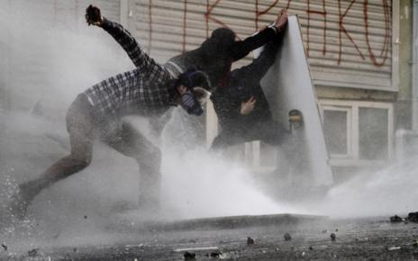 La policía ha empleado agua a presión contra los manifestantes