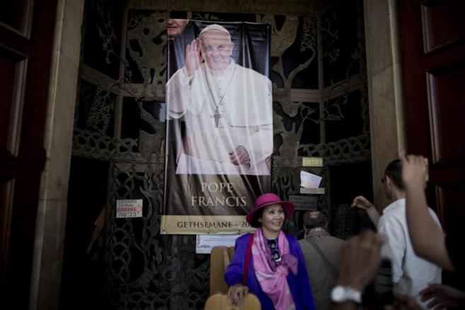 Cartel del Papa en el Monte de los Olivos.