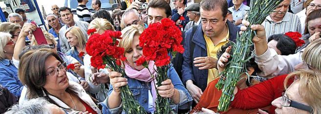 Elena Valenciano repartiendo flores, ayer en un acto de campaña en...