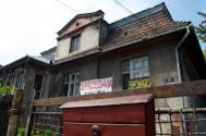 Dos carteles de 'Se vende' en la fachada de 'Villa Podskaa'.