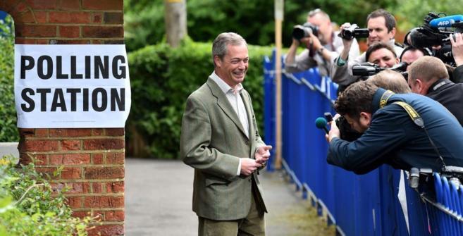 El líder del UKIP, Nigel Farage, tras depositar su voto en el sur de...