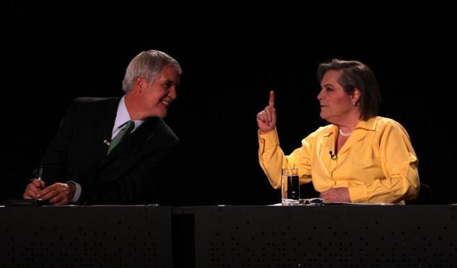 Los candidatos Peñalosa (i), de la Alianza Verde, y Clara López (d),...