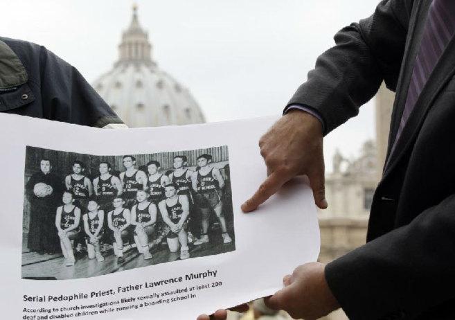 Un denunciante señala la foto de un sacerdote de EEUU que abusó de...