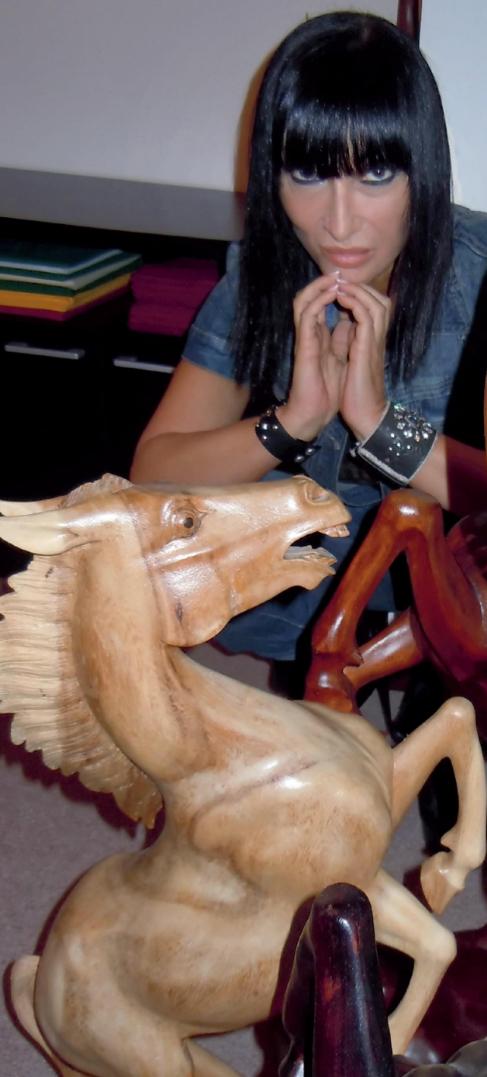 Marijana Kovacevic, en su clínica, junto a la estatua de un caballo.