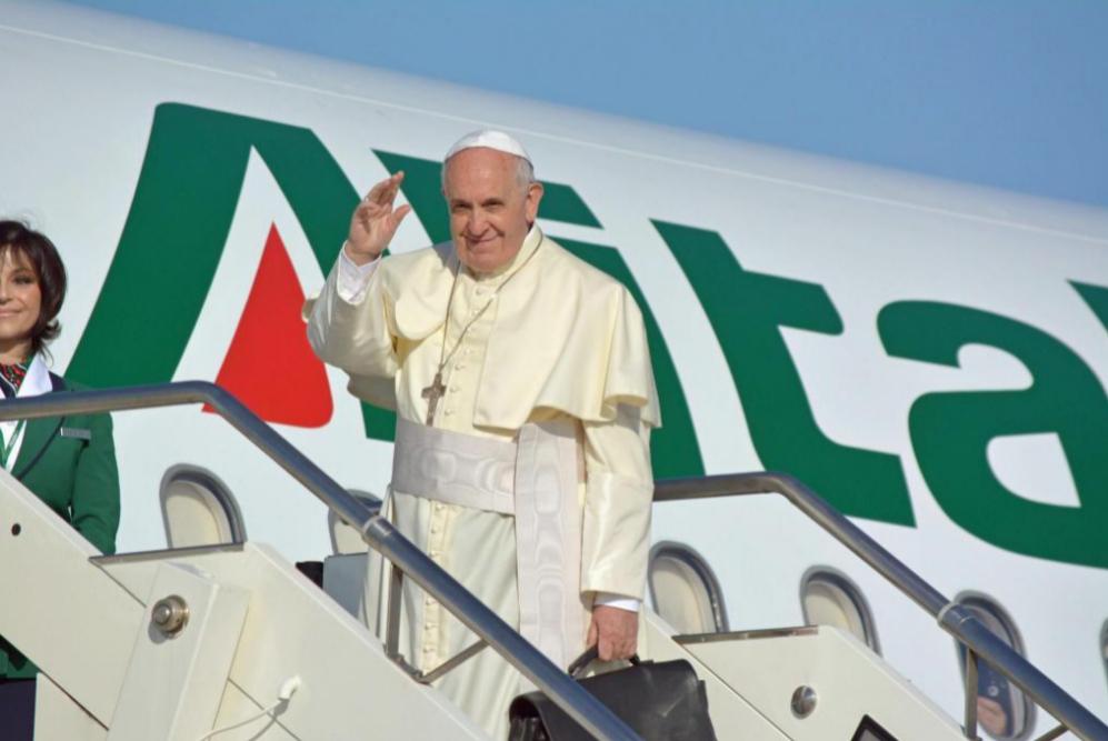 El Papa Francisco se despide de sus fieles en Roma antes de embarcar...