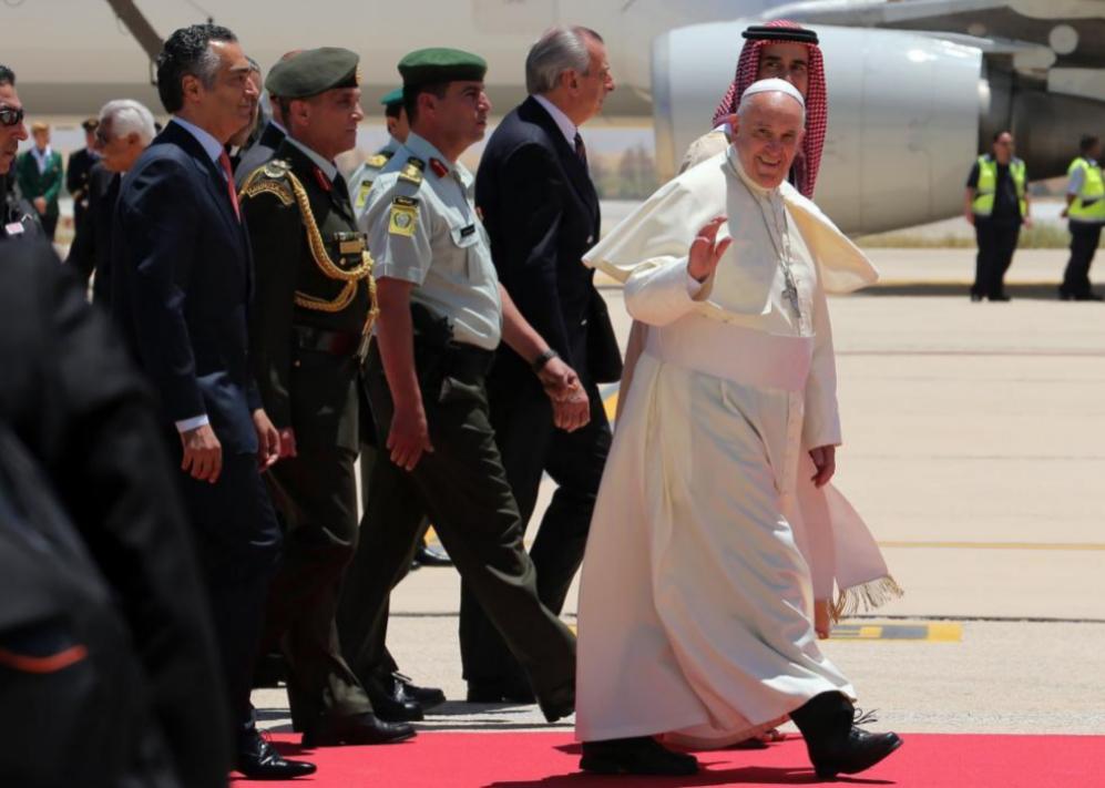 El pontífice es recibido por el príncipe jordano Ghazi bin Muhammad...