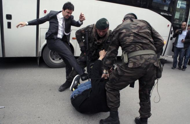 Momento en que Yusuf Yerkel pateaba a un manifestante ya reducido por...