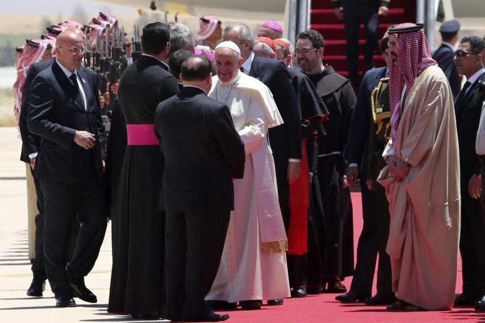 El Papa Francisco saluda a autoridades religiosas.