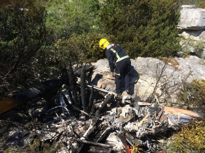Un bombero en el lugar del accidente del helicóptero.