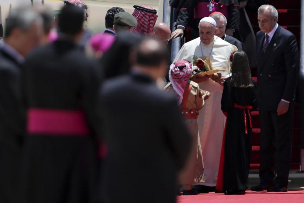 A su llegada, dos niños han obsequiado con flores al Papa.