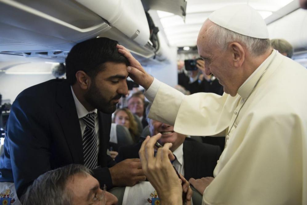 Francisco bendice al periodista palestino Imad Freij durante el vuelo...