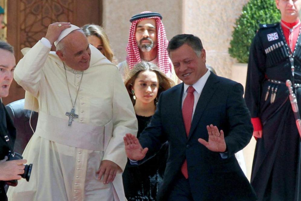 Abdullah II (d) y Francisco conversan durante el recibimiento en el...