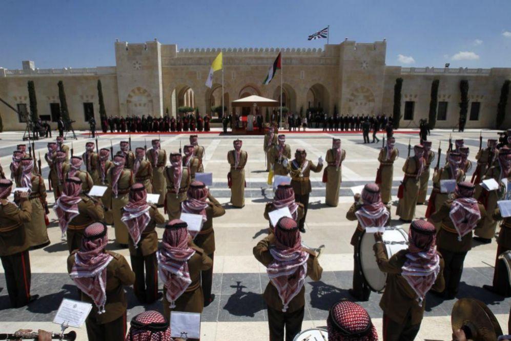 La guarda jordana durante la ceremonia de bienvenida en Ammán.