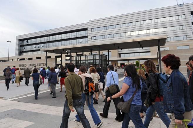 Funcionarios del Gobierno vasco entran a trabajar en la sede de...