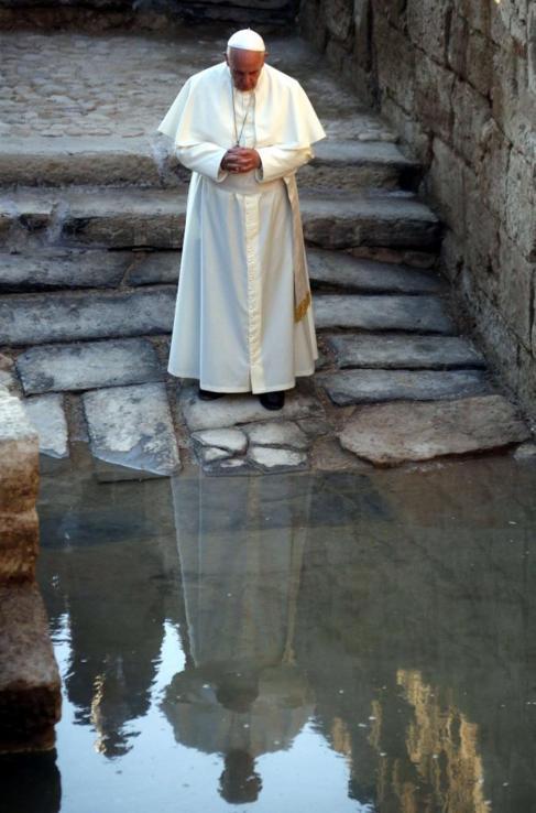 El Papa Francisco en el río Jordán.