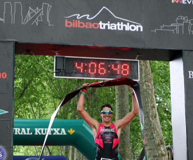 El atleta gallego Gustavo Rodríguez celebra el triunfo.