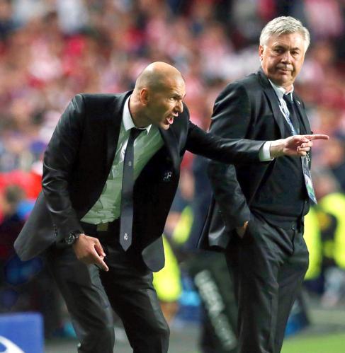 Zidane da instrucciones ante la mirada de Ancelotti, anoche, en el...