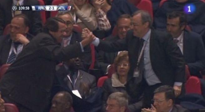 Florentino Pérez saluda a José María Aznar, anoche, tras el triunfo...