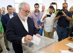 Miguel Arias Cañete  vota en  Jerez.