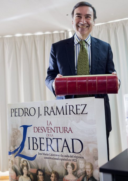 Pedro J. junto a la portada de su último libro.