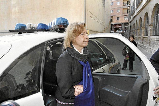 Maria Antonia Munar llegando esposada a los Juzgados de Palma para...