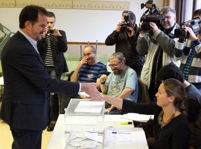 El candidato del PP al Parlamentento Europeo vota en un colegio de...