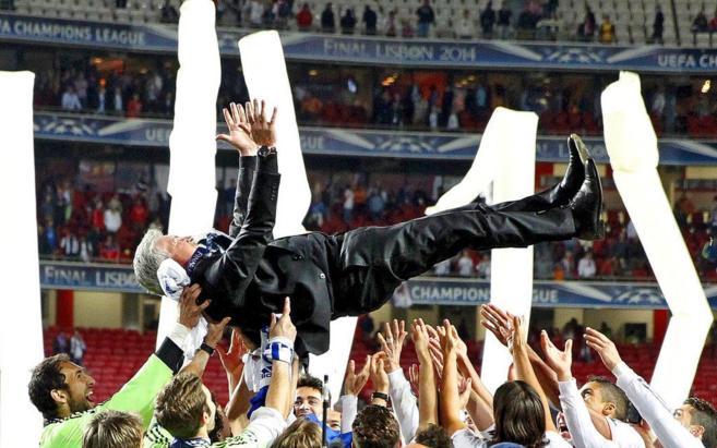 Los jugadores del Madrid mantean a Ancelotti para celebrar la...