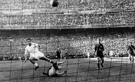 Paco Gento anota el segundo tanto del Real Madrid en la final de 1957...