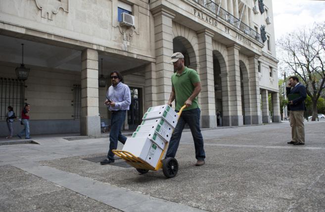 Un funcionario traslado a los juzgados de Sevilla los expediente de...