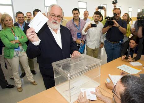 Miguel Arias Cañete deposita su voto en Jerez (Cádiz).