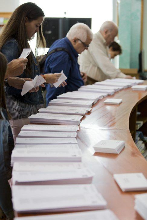 Varios ciudadanos eligen su opción de voto.