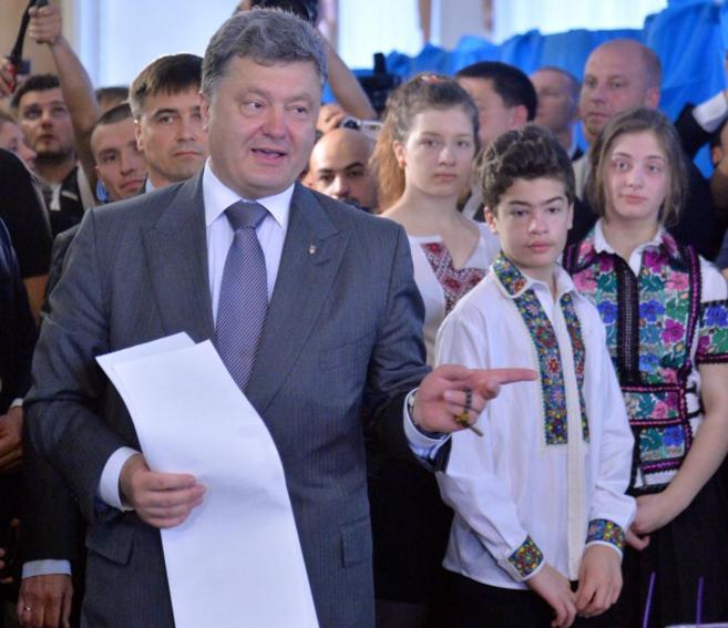 El candidato favorito Petro Poroshenko deposita su voto en Kiev.