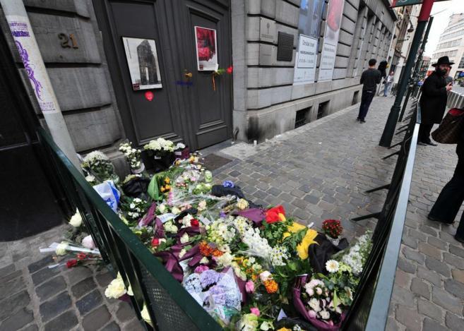 Flores a la entrada del Museo Judío, donde ocurrieron los hechos.