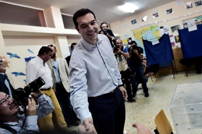 Alexis Tsipras sonríe a la prensa en el colegio electoral donde votó...